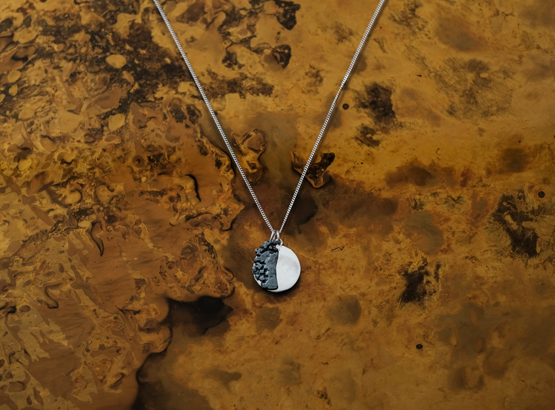 THE CIRCULAR MOTION NECKLACE silver slide